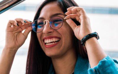7 frisurer, der passer til dig, der har briller